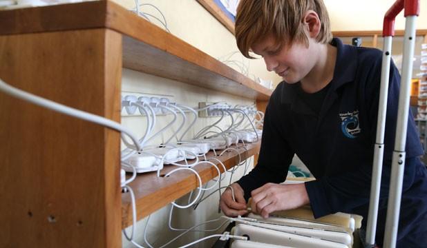 Estudiante encargado de los Macs en su clase