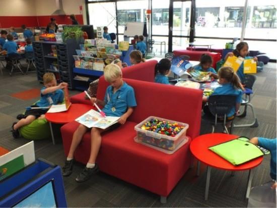Interior aula colegio en Nueva Zelanda alumnos trabajando en centros de interés