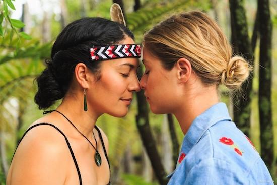Nueva Zelanda es uno de los países mas en paz del mundo: saludo maori hongi