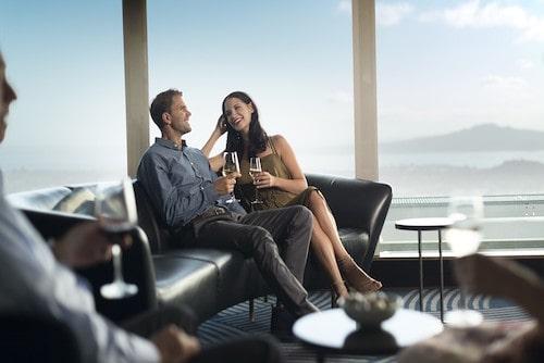 Consejos para trabajar en Nueva Zelanda. Una pareja feliz sentada en una cafeteria en Auckland Nueva Zelanda