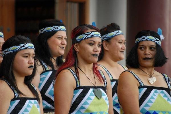 Mujeres maories realizando una danza. En Nueva Zelanda son amables theinfinitynz.com