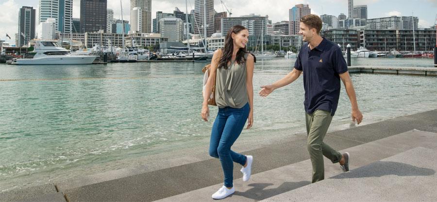trabajar en nueva zelanda - pareja paseando por la ciudad