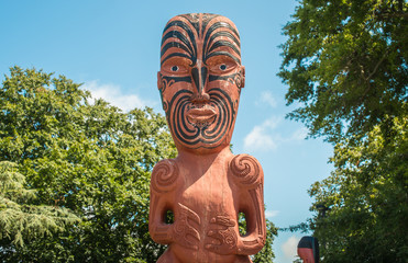 figura maorí con tatuaje en la cara Nueva Zelanda theinfinitynz