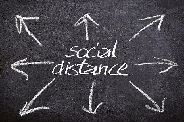 Pizarra negra escrito en tiza las palabras social distance. Covid 19 nivel 3 alerta Nueva Zelanda. Theinfinitynz
