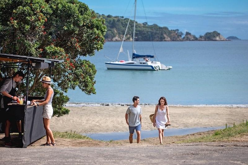 Inmigración en la Skilled Migrant Visa de Nueva Zelanda. Pareja caminando por una playa en Nueva Zelanda