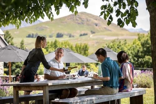 Cambios en las visas de trabajo de Nueva Zelanda - Camarera sirviendo una mesa en una terraza en Nueva Zelanda