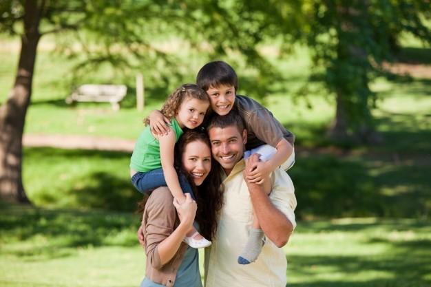 familia feliz en Nueva Zelanda razones para emigrar